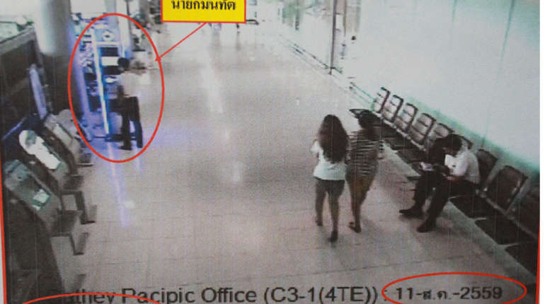Arrested! Young thief stealing tourists' phones at Bangkok